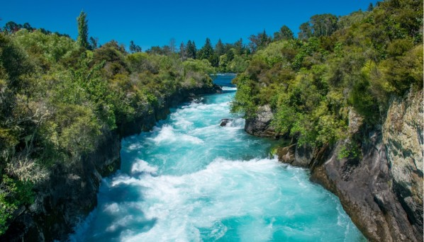 huka-falls-waikato-river-new-zealand-picture-id589576642.jpg