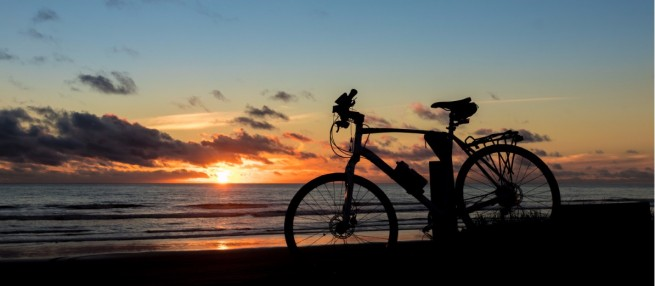 beach-bike-sunset-picture-id693937128.jpg