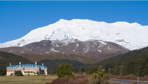mount-ruapehu-and-chateau-picture-id91369008.jpg